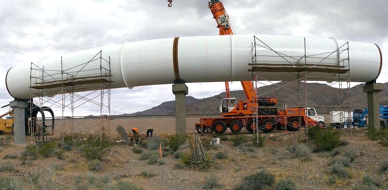 Hyperloop One baut derzeit eine 3 km lange Teststrecke für eine Passagierkapsel. Eine Arbeitsgruppe mit der russischen Staatsbahn RZD wird die Tests anschließend auswerten.