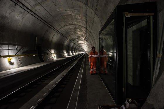 Der Gotthard-Tunnel ist mit 57 km Länge der längste Eisenbahntunnel der Welt. Im Brandfall kommen Ventilatoren zum Einsatz, die jeweils so stark sind wie vier Formel-1-Autos.
