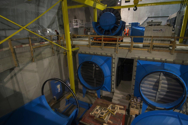 In Faido und Sedrun, bei km 18 und 36, gibt es Nothaltestellen. Hier kommen acht große Axialventilatoren zum Einsatz, die im Brandfall Gase ableiten und Frischluft zuführen. Sie haben jeweils 3.263 PS.