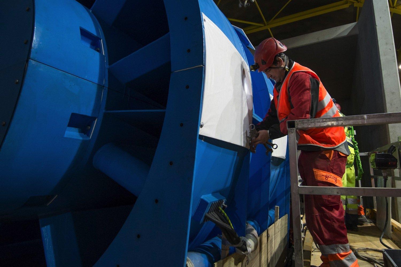Arbeiter bei der Montage eines Axialventilators.