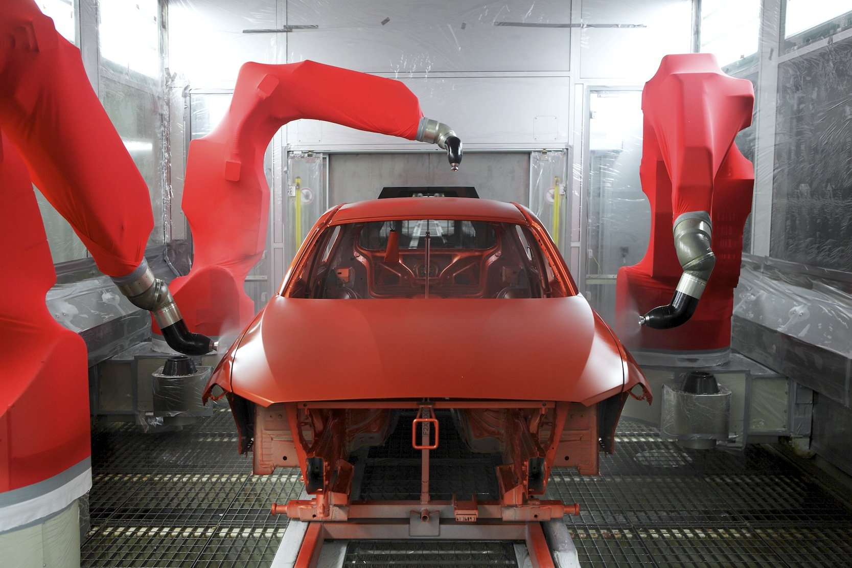 Lackiererei im BMW-Werk in Regensburg: Der neuartige Lack auf Maisbasis ist so elastisch, dass er kleinere Kratzer selbst reparieren kann.