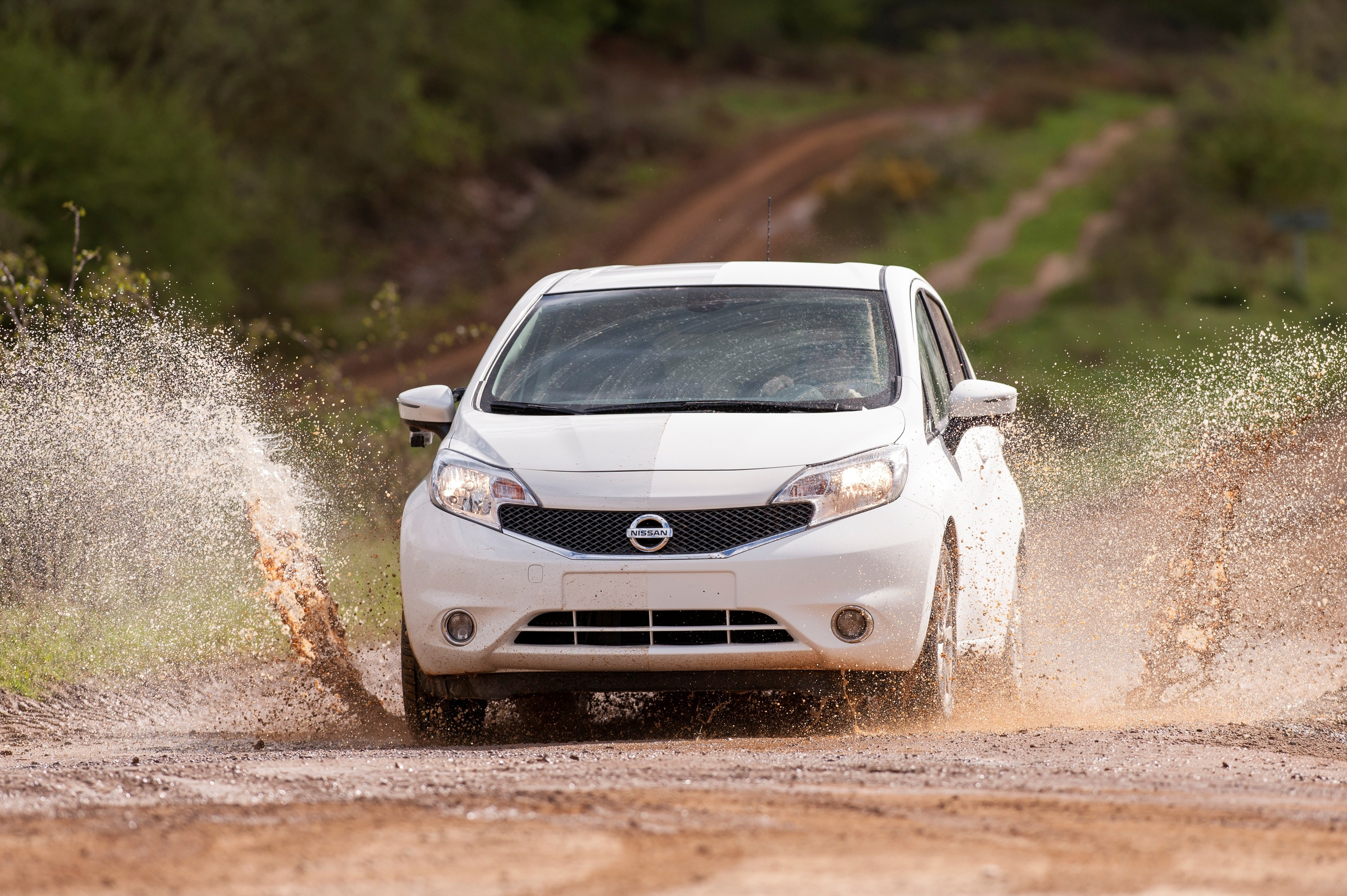 Nissan experimentiert mit einem Nanolack, auf dem Schmutz kaum haften bleibt. Fährt man durch eine Pfütze, soll der Wagen wieder sauber sein.