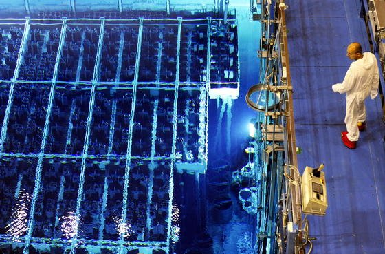 Lagerbecken des Kernkraftwerks Krümmel mit Brennstäben: Brennstäbe enthalten das für den Betrieb eines Meilers notwendige Uran. Nach Angaben von US-Forschernbefinden sich circa vier Milliarden Tonnen Uran in den Ozeanen der Erde.