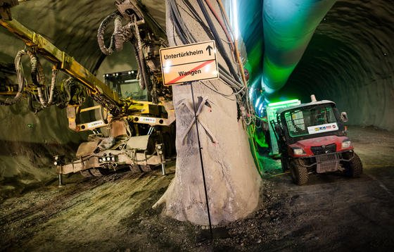 Ein Ortsausgangsschild «Untertürkheim/Wangen Ende» steht symbolisch im Bahntunnel unter dem Neckar:Neue Auflagen für Arten-, Lärm, und Brandschutz führen zu Mehrkosten in Höhe von rund 500 Millionen €. Die Fertigstellung von Stuttgart 21 könnte sich um zwei Jahre verzögern.