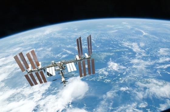Ein fantastischer Blick auf die ISS über der Erdoberfläche. Wer die Internationale Raumstation besser kennenlernen will, kann das jetzt mit einem 3D-Film tun.