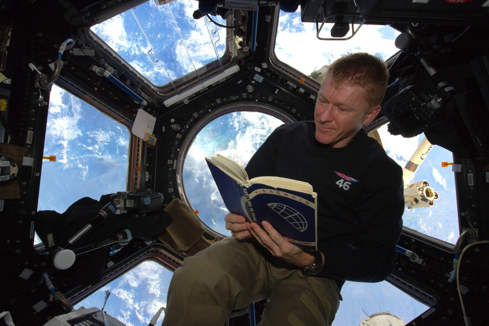 Astronaut Tim Peake liest am 12. April 2016 in der ISS in der Autobiografie