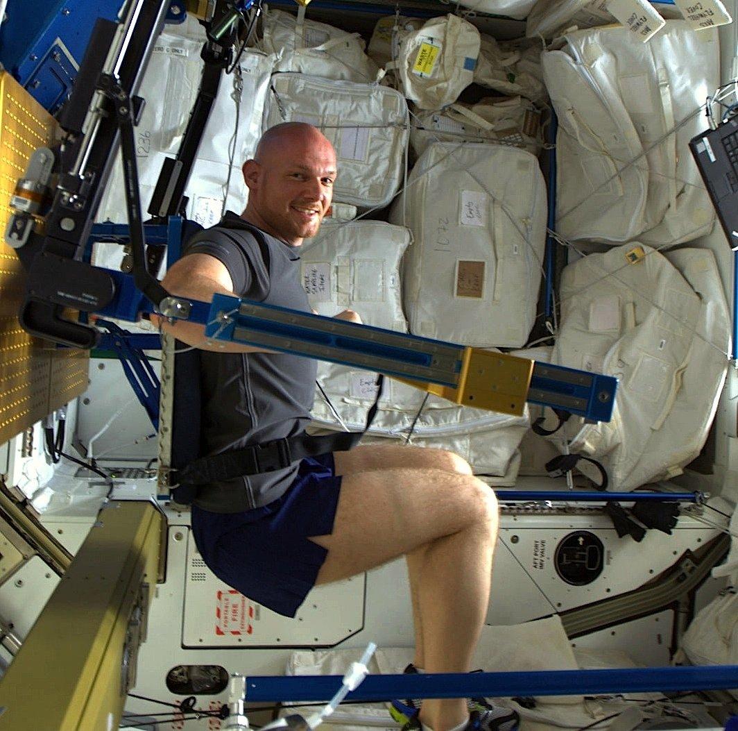 Der deutsche Astronaut Alexander Gerst im Fitness-Center der ISS.