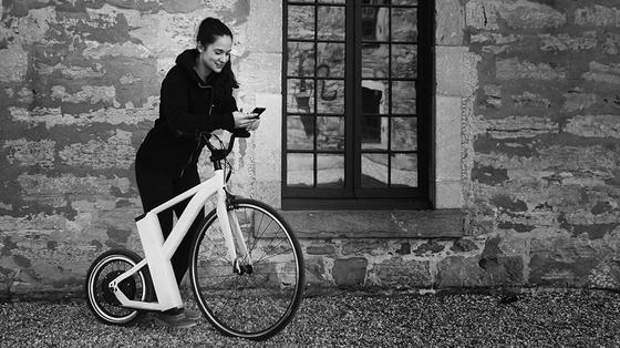 SnikkyBike: Dieses Hochrad besitzt einen Elektromotor und fährt bis zu 32 km/h. Einen Sattel besitzt es nicht. Gefahren wird im Stehen.