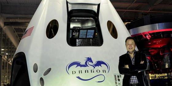 Elon Musk vor der neuen Raumkapsel Dragon 2 in Los Angeles: Jetzt hat der Gründer von Unternehmen wie Tesla, SpaceX und des Überschallzuges Hyperloop neue Visionen in die Welt gesetzt. Demnach ist die Wahrscheinlichkeit, dass wir in einer realen Welt leben, ausgesprochen gering.