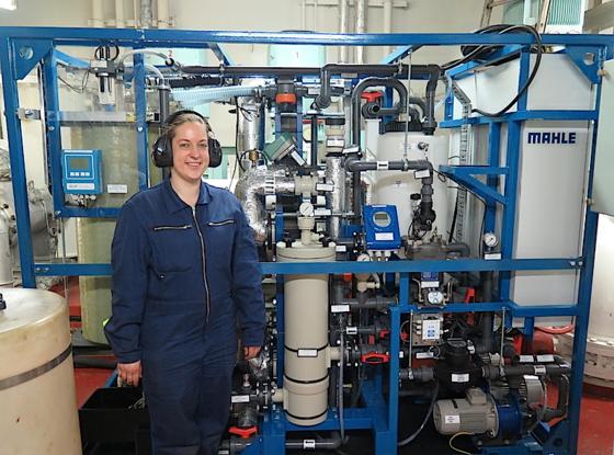 Forscherin Andrea Hagedorn vor der Filteranlage zur Herstellung von Trinkwasser aus Meerwasser auf der MSC Texas, die derzeit unterwegs nach Indien ist.