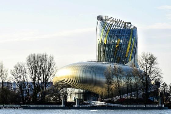 Das neue Weinmuseum La Cité du Vin in Bordeaux ist ein Genusstempel des Weins und ein imposanter Bau dazu. Das Pariser Architekturbüro XTU hat den Komplex direkt an der Garonne entworfen.