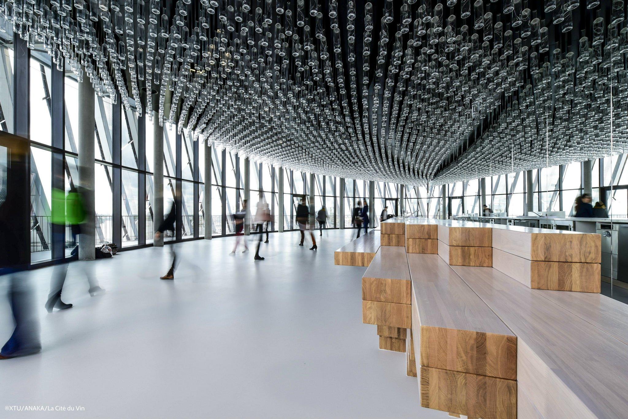 Im Foyer der Cité du Vin in Bordeaux hängen Glaskolben von der Decke.