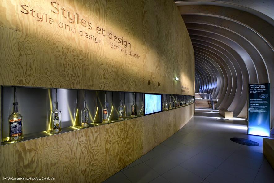 Cité du Vin ist wie geschwenkter Wein in Stahl und Glas