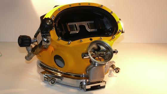 Prototyp eines Taucherhelms mit integriertem Divers Augmented Vision Display (DAVD). Damit hat der Taucher alle möglichen Daten vor Augen, die er während der Tauchmission braucht.