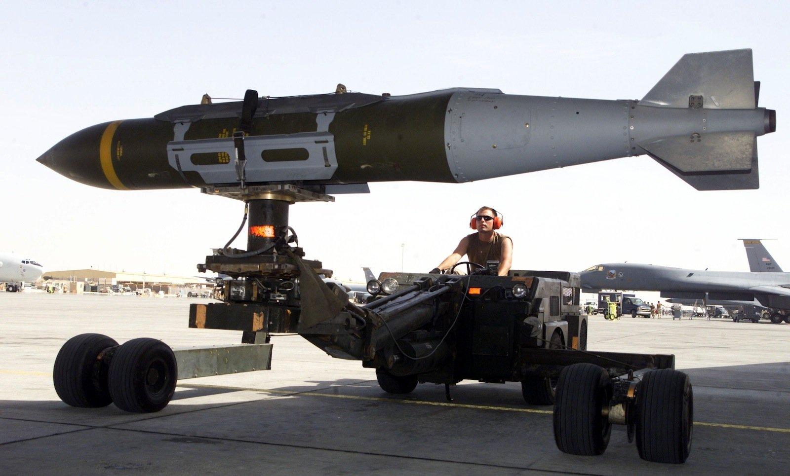 Eine Bombe wird zum Flieger transportiert.