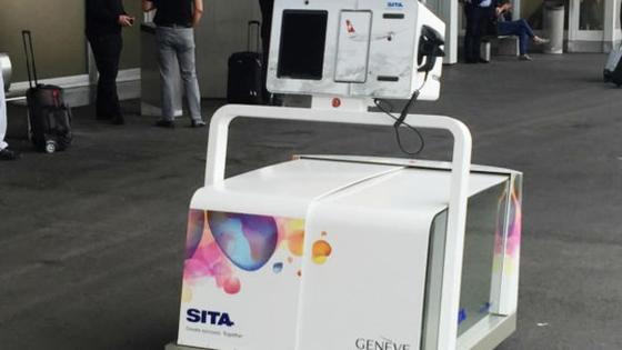 Noch bis Ende Juni wird Roboter Leo am Flughafen in Genf den Reisenden anbieten, ihre Koffer zur Gepäckabfertigung zu bringen.