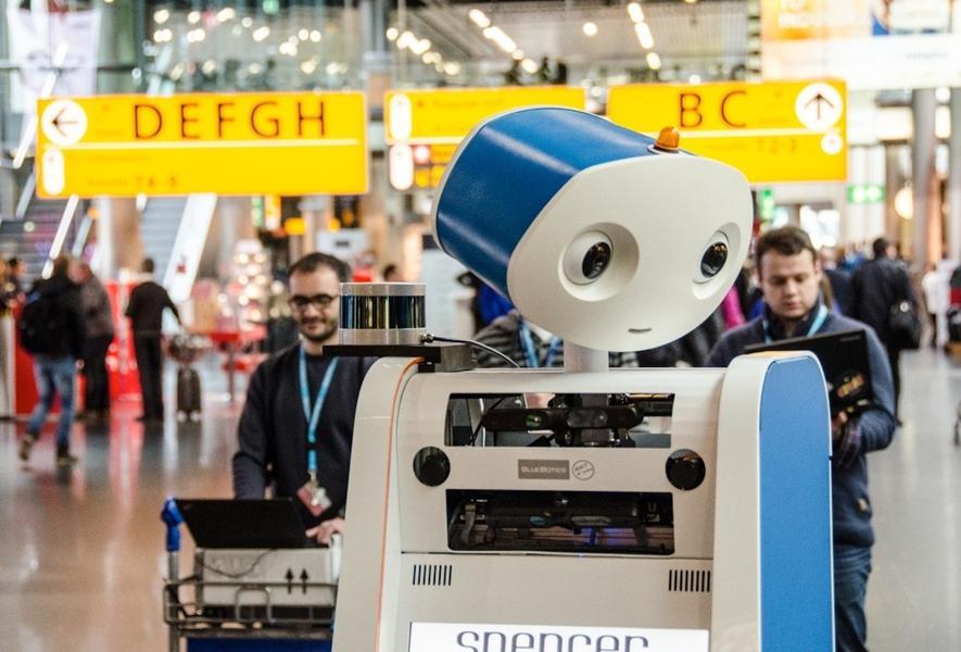 Der 250 kg schwere Lotsenroboter Spencer hat seinen Testeinsatz am Flughafen Amsterdam-Schiphol erfolgreich absolviert. Jetzt werden die Ergebnisse ausgewertet. Koordiniert wird das Projekt von der Albert-Ludwigs-Universität Freiburg.