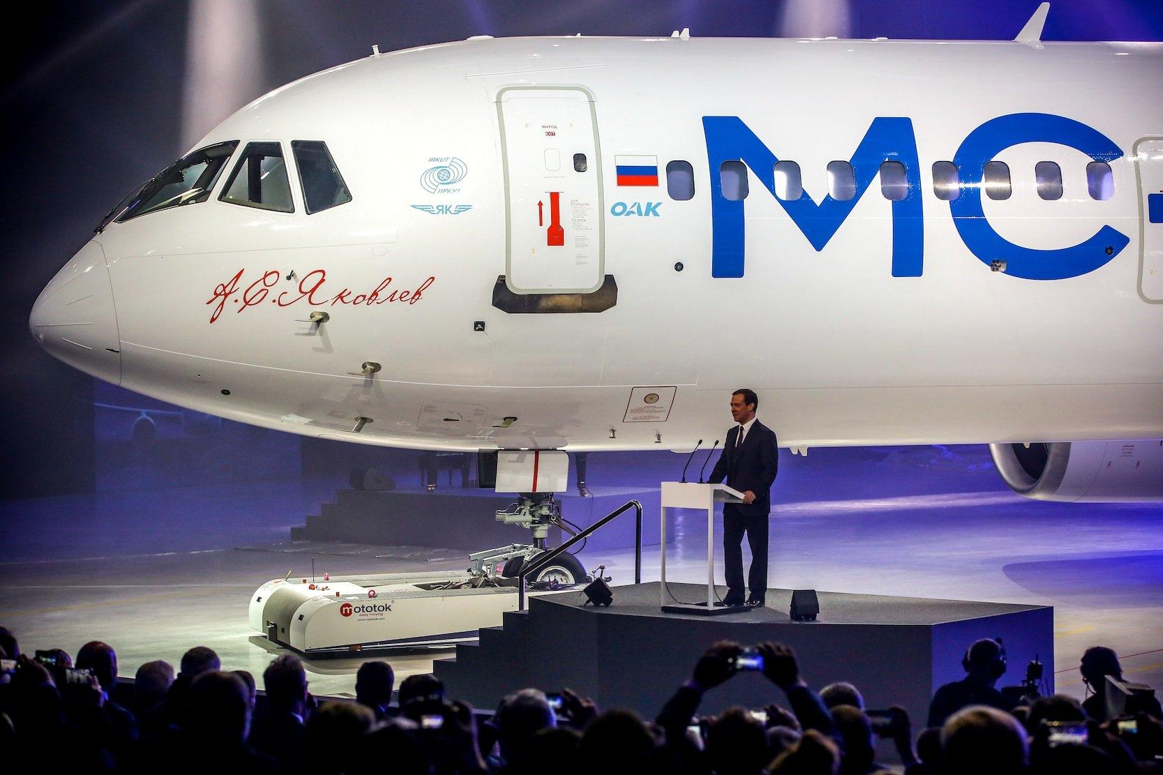 """Der russischeRegierungschef Dmitri Medwedew hat Irkut als """"Stolz der russischen zivilen Luftfahrt"""" gelobt, als er den Mittelstreckenjet MS-21 vorstellte."""