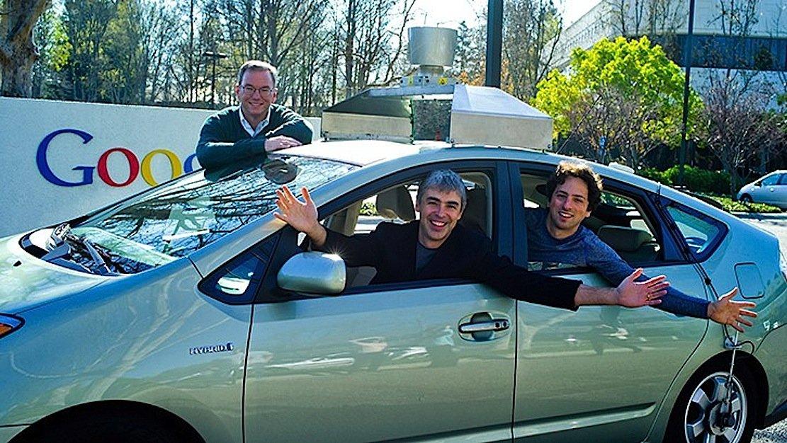 Google-Mitgründer Larry Page (l.)am Steuer eines autonom fahrenden Google-Auto: Page ist offenbar auch von der Idee fliegender Autos begeistert.