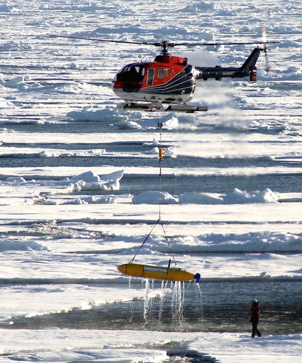Bergung des AUV Paul: Das autonome Unterwasserfahrzeug sieht ein wenig aus wie ein Torpedo, ist aber ein schwimmendes Labor.
