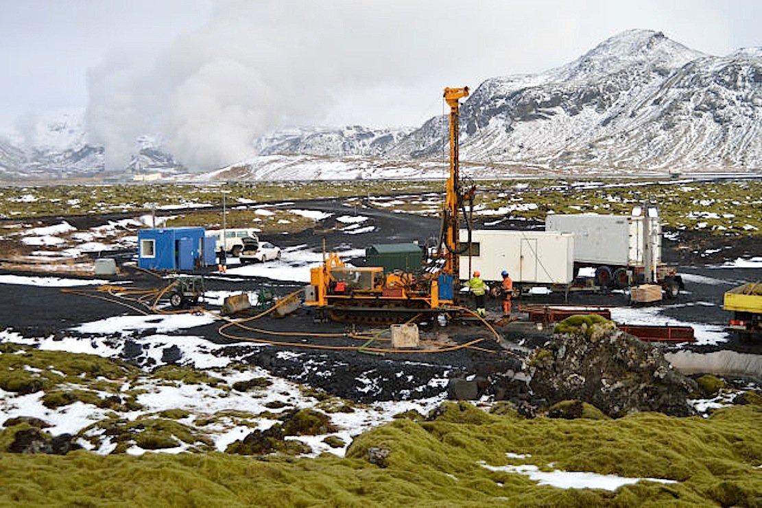 In Hellisheidi auf Island haben Forscher der Universität Southampton CO2 in fester Form im Boden eingelagert.