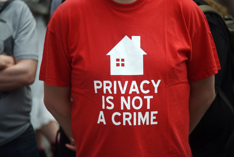 Privatsphäre ist kein Verbrechen: Trotzdem schreitet die Überwachung unbescholtener Bürger fort. In Großbritannien sollen jetzt alle verfügbaren Daten über dort lebende Menschen in einem Großrechner zusammengeführt werden, um daraus bei Bedarf sekundenschnell ein Personenprofil erstellen zu können.