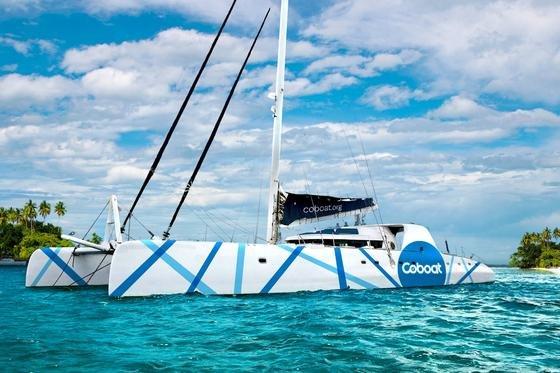 Das Coboat in einer traumhaften Bucht: Der Katamaran bietet Internet auch auf hoher See an. Das ist wichtig, wer dort arbeiten will, wo andere Urlaub machen wollen.