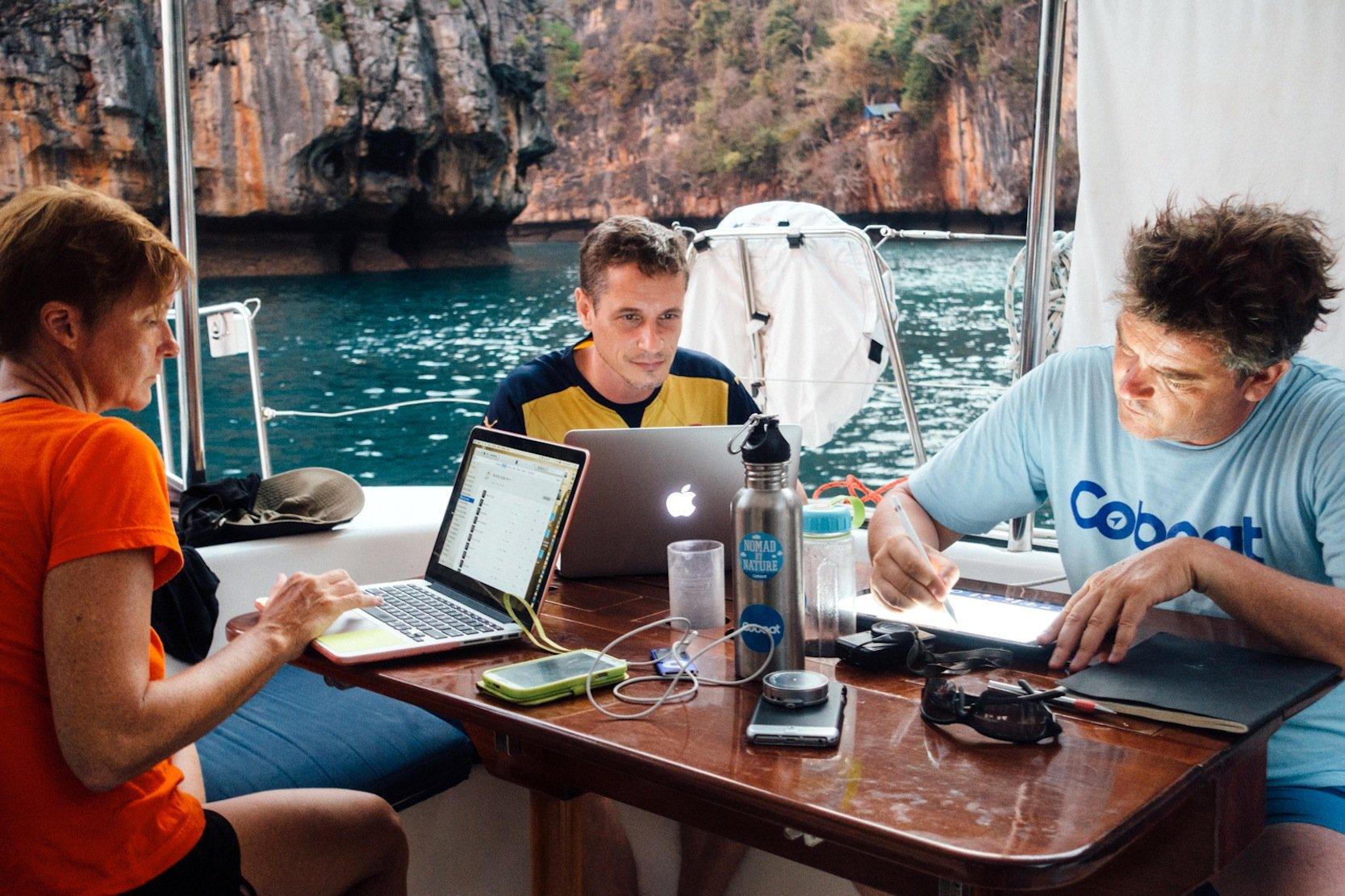 Auf dem Coboat soll man nicht nur Wind und Wasser genießen, sondern auch richtig arbeiten können. Ob das aber am Esstisch immer so klappt? Internet soll allerdings fast immer zur Verfügung stehen.
