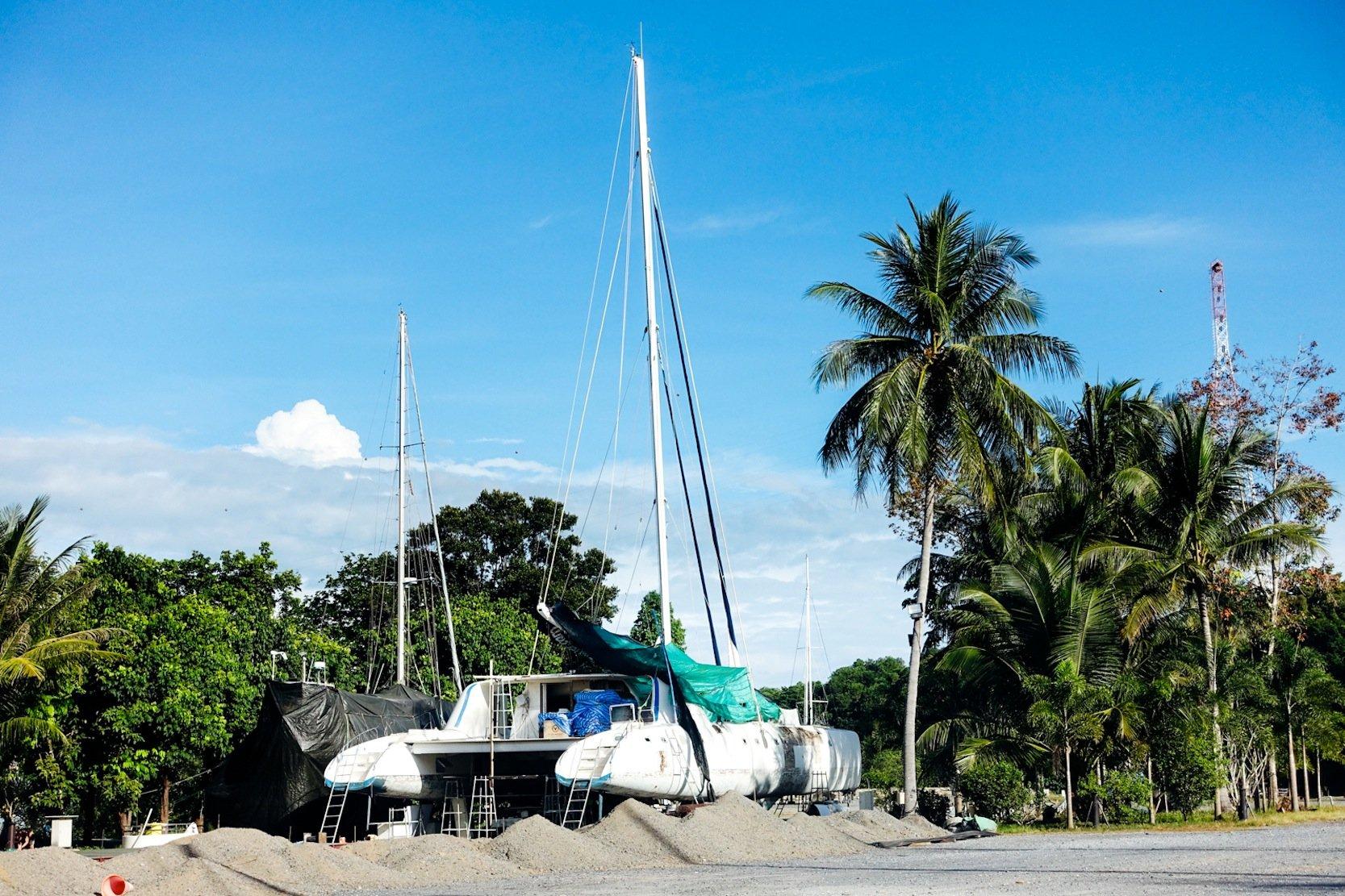 Derzeit wird das 25 m lange Coboat in Thailand wieder auf Vordermann gebracht. Ins Mittelmeer startet die Crew mit einem etwas kleineren Ersatzboot.
