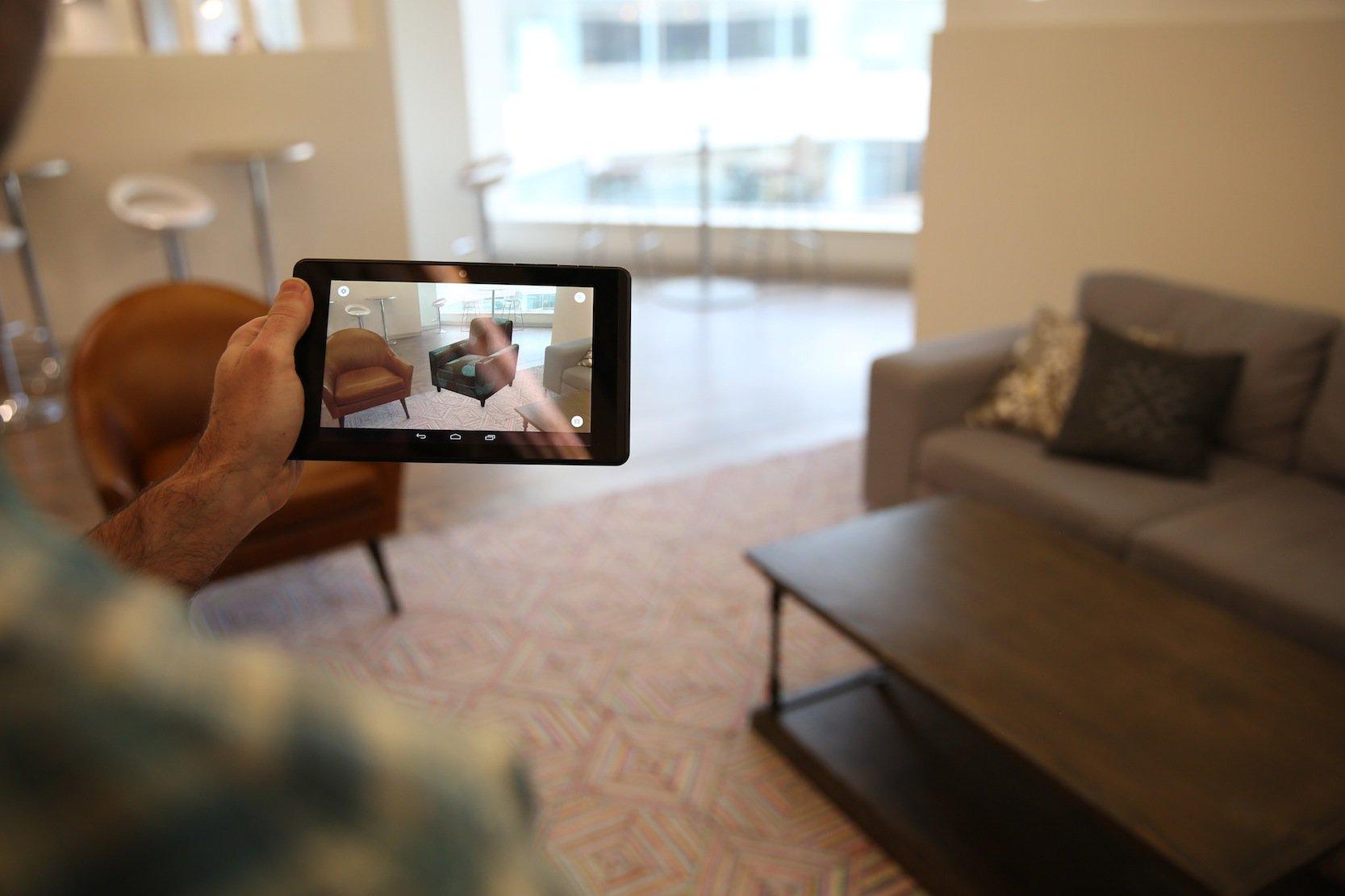 Wie würde sich in der Ecke des Wohnzimmers ein weiterer Sessel machen? Mit der 3D-Technik des neuen Lenovo-Smartphone lässt sich das virtuell ausprobieren.