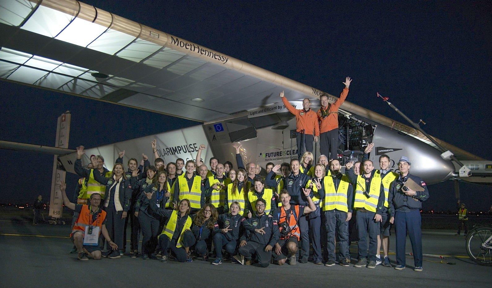 Das Solar-Impulse-Team und die Piloten Borschberg (li.) und Piccard freuen sich in New York auf dem Flughafen über die erfolgreich absolvierte 14. Etappe.