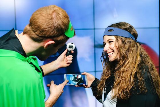 Mit der Kugelkamera Samsung Gear 360 und einem Smartphone kann man jetzt recht unkompliziert 360-Grad-Filme drehen.