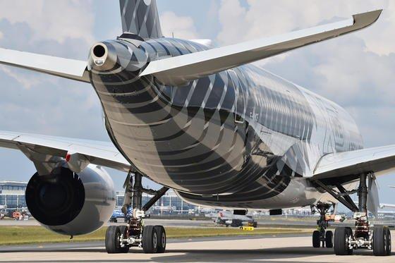 Airbus A350: 13 Baugruppen des Fliegers werden aus Titan gefertigt. Nur zehn Prozent des Rohstoffs werden wirklich verbaut. 90 Prozent bleiben bislang als Titanspäne zurück und lassen sich kaum recyceln. Jetzt haben Aachener Forscher ein Verfahren entwickelt, mit dem sie kostbaren Titanschrott wieder nutzbar machen.