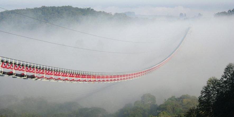 Material-Seilbahn mit dem längsten Förderband der Welt lässt Steine schweben
