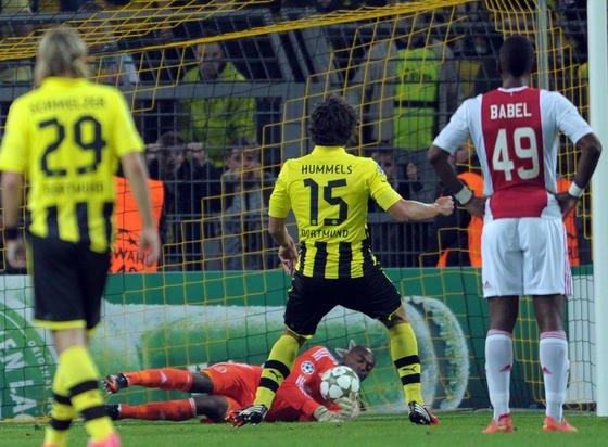 Mats Hummels verschießt einen Elfmeter gegen Ajax Amsterdam: Jetzt haben Forscher ausgerechnet, wie man die Chancen für einen erfolgreichen Elfmeter erhöht.