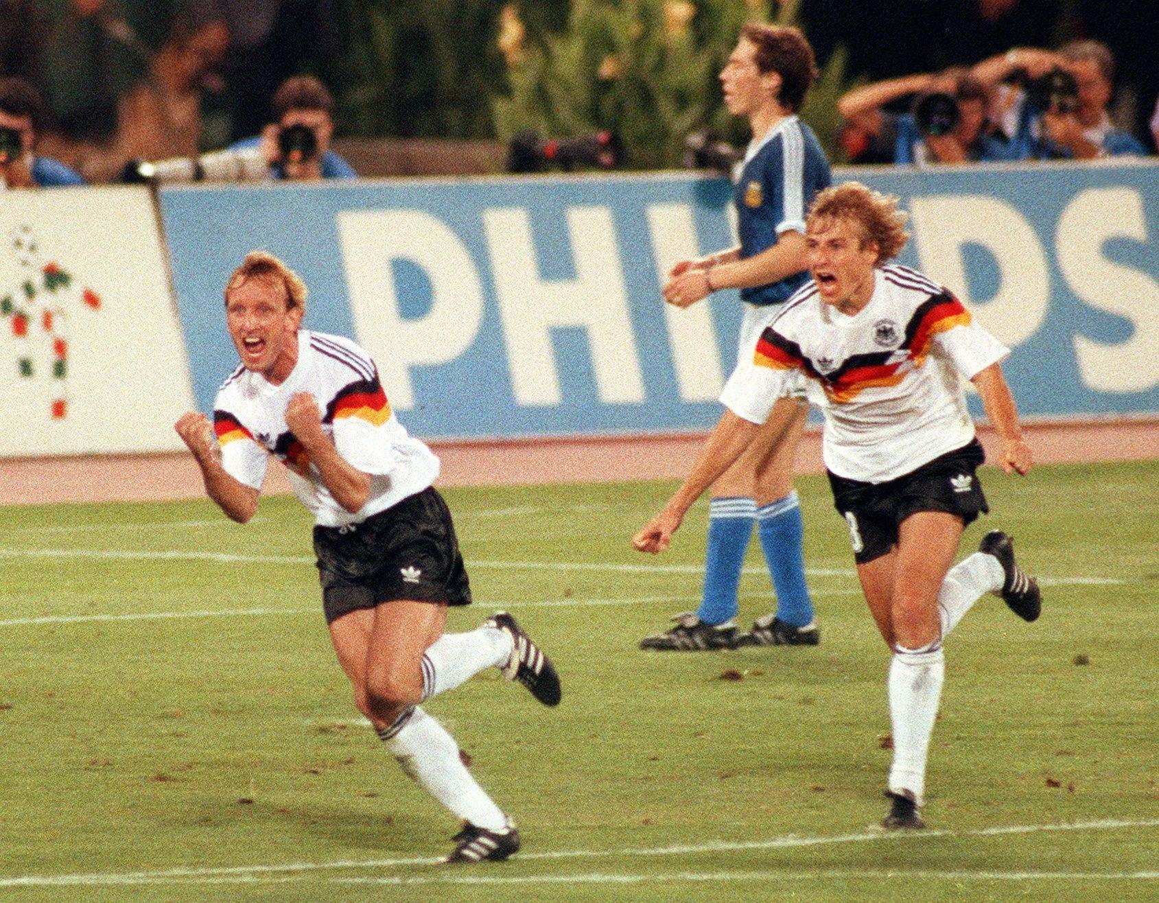 Andreas Brehme (l.) behielt im WM-Finale 1990 in Rom gegen Argentinien die Nerven. Obwohl die Argentinier den schon zurecht gelegten Ball wegschossen, verwandelte Brehme in der 85. Minuten den Elfmeter gegen den argentinischen Torwart Sergio Goycocheakt. Deutschland wurde mit 1:0 Weltmeister. Im Bild jubeln Brehme und Jürgen Klinsmann.