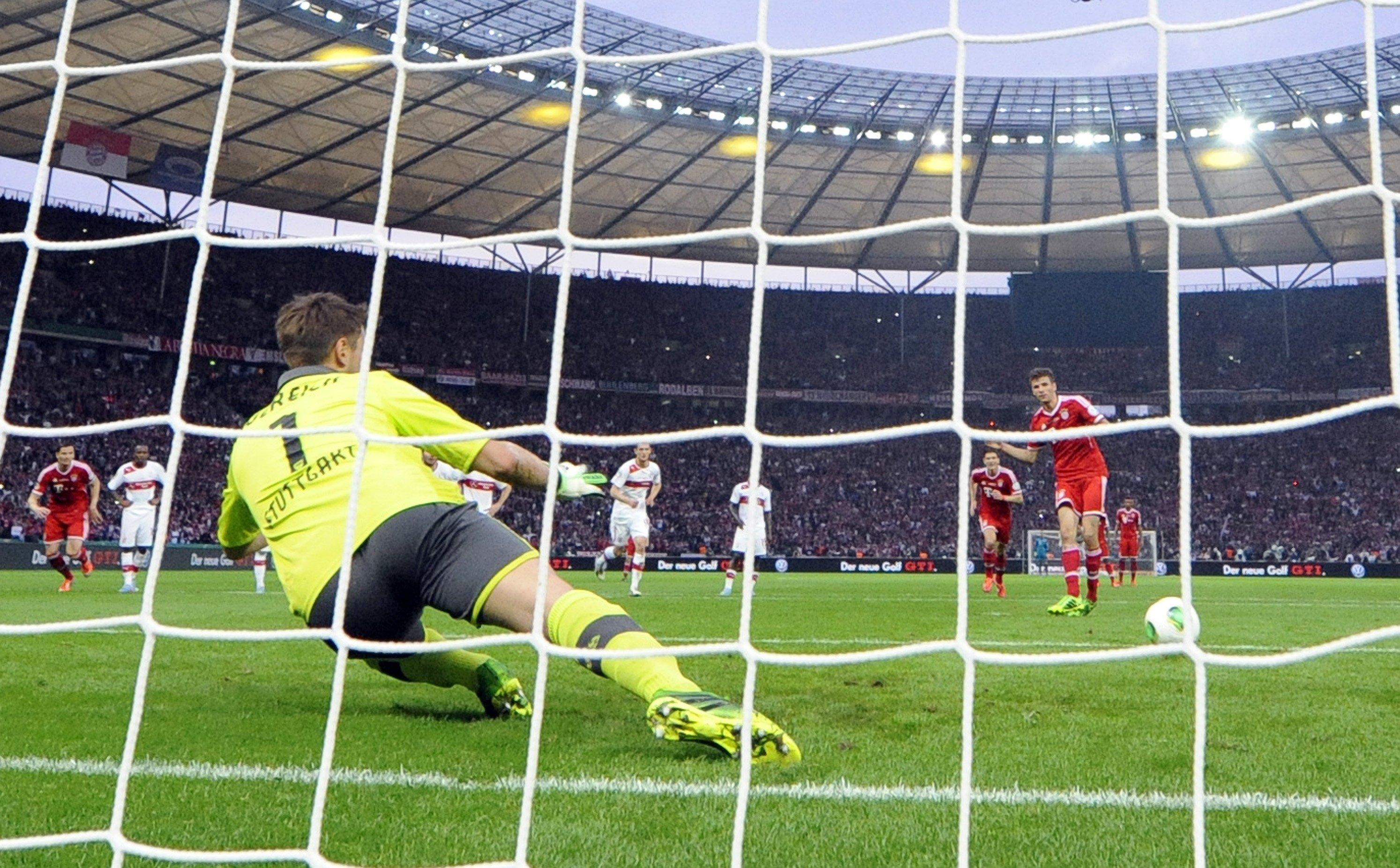 Thomas Müller vom FC Bayern München verwandelt einen Elfmeter gegen Sven Ulreich vom VfB Stuttgart: Müller hat in diesem Jahr schon vier von acht Elfmetern verschossen. Tipp von Forschern aus Kiel: Immer in die gleiche Ecke schießen wie der Schütze zuvor.