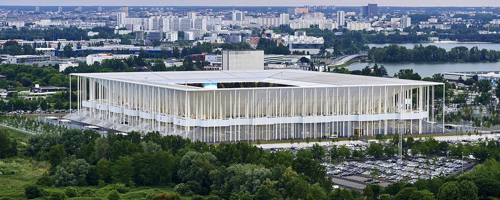 Das neue Stadion in Bordeaux wurde von den Baseler Architekten Herzog & de Meuronerbaut, die auch das Stadion des FC Bayern München entworfen haben.Ein Wald aus schlanken Säulen trägt elegant das leicht wirkende Dach des Fußballstadions.