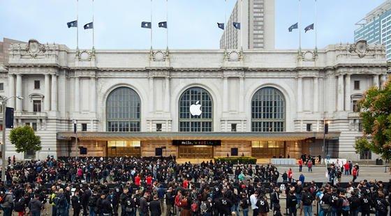 Apple-Entwickler vor demBill Graham Civic Auditorium in San Francisco: Apple hat für Herbst das neue mobile Betriebssystem iOS 10 angekündigt.
