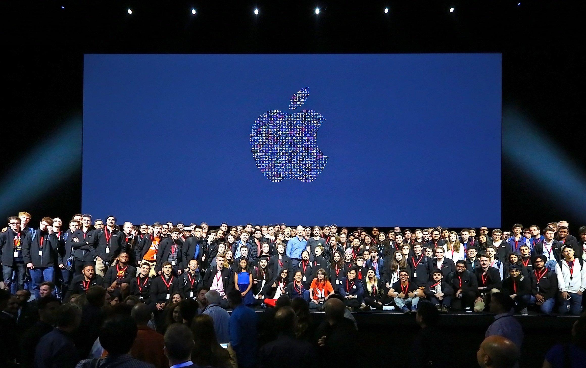 Junge Entwickler auf der Bühne mit Apple-Chef Tim Cook auf der Entwicklerkonferenz WWDC.