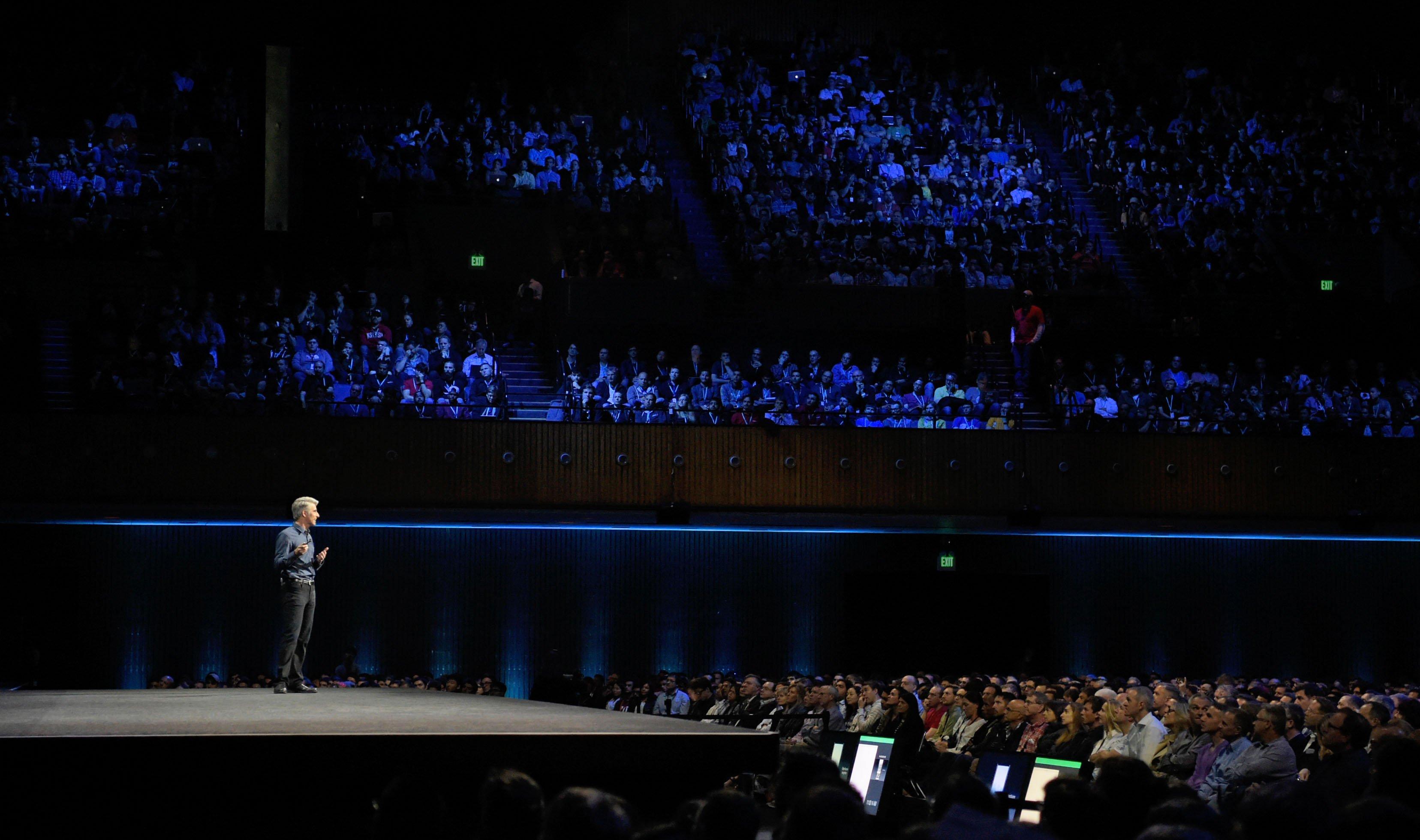 Apples Vizepräsident Craig Federighi hat in San Francisco das neue Betriebssystem für Desktop-Geräte vorgestellt.Mac OS Sierra verfügt erstmals über Siri und Apple Pay.
