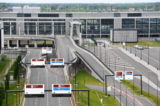 """Wird der Hauptstadtflughafens BER denn nie fertig? Der Eröffnungstermin """"Ende 2017"""" ist praktisch nicht mehr zu halten, weil der Flughafen für wichtige Umbauten keine Baugenehmigung hat. Schon seit 2012 hätte der Flughafen wichtige Unterlagen einreichen müssen, hat das aber immer wieder versäumt."""