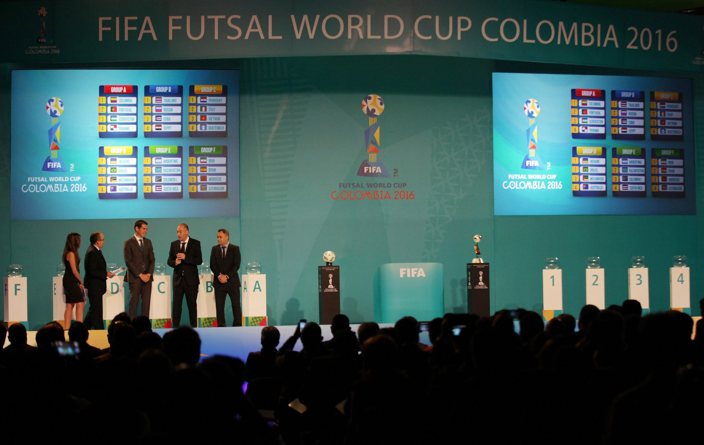 Blick auf die Auslosung der Gruppen für den Fifa Futsal World Cup Colombia 2016: Angeblich werden die Kugeln bei Auslosungen für große Turniere gekühlt, aufgewärmt oder markiert, ohne dass das aus dem Publikum sichtbar ist, behauptet der frühere Fifa-Präsident Sepp Blatter.