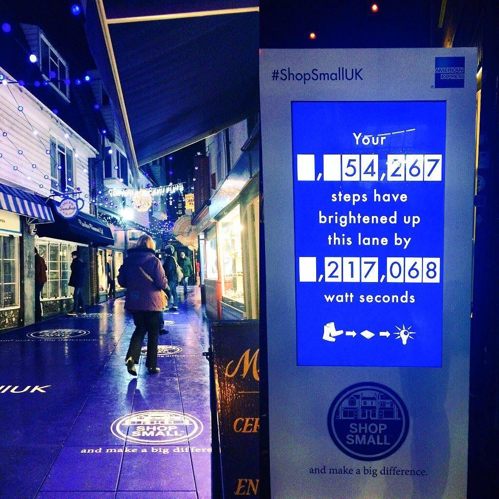 Einkaufspassage in England mit stromerzeugenden Trittplatten und einem Stromzähler: 54 Schritte ergeben 217 Wattsekunden.