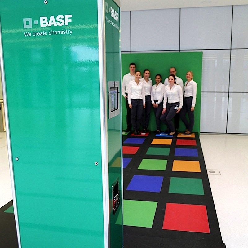 Auch der deutsche BASF-Konzern hat mit den stromerzeugenden Trittplatten schon experimentiert.