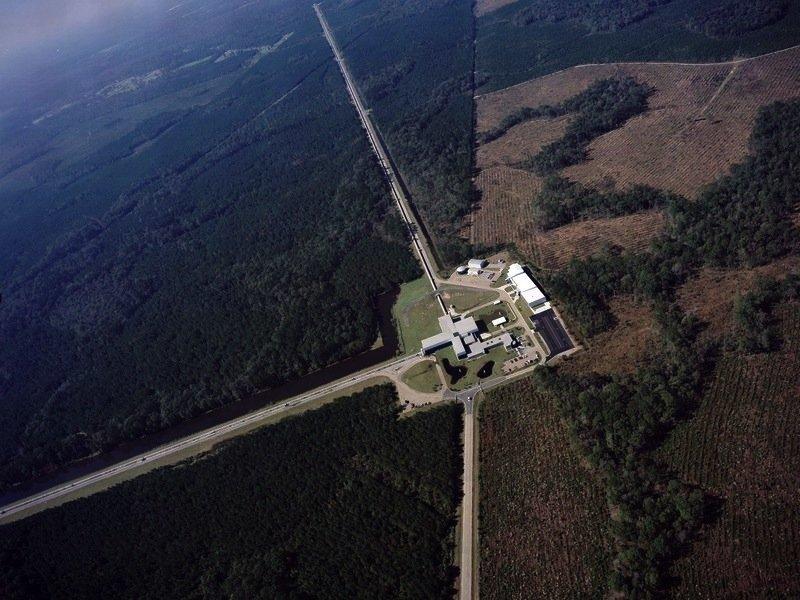 Einer der Detektoren von Advanced Ligo, der in Livingston (US-Bundesstaat Louisiana) seine vier Kilometer langen Arme ausstreckt. Sein Herzstück ist das Zentralhaus mit dem Lasersystem. Der zweite, praktisch baugleiche Ligo-Detektor befindet sich im rund 3000 km entfernten Hanford (Washington).