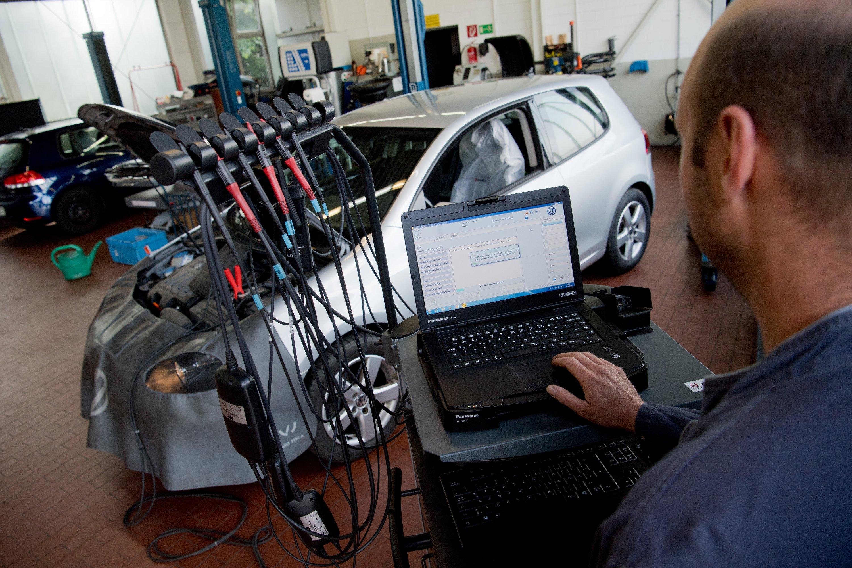 Softwareupdate auf einen Volkswagen Golf mit einem 2,0-Liter-Dieselmotor. Für die Folgen des Abgasskandals hat VW 26,2 Milliarden Euro zurückgelegt.