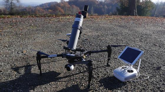 """Die """"Drone Spray Hornet"""" basiert auf einer drei Kilogramm schweren Standard-Drohne von Drone Volt. Sie verfügt über eine Kamera zum Auffinden der Hornissen-Nester und kann 800 Gramm schwer mit dem Hornissenspray beladen werden."""