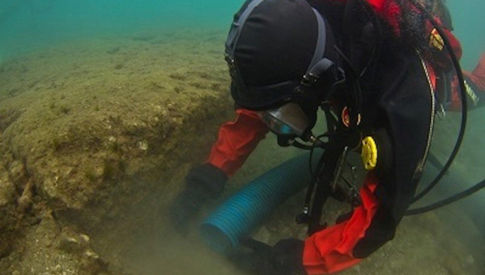Die Archäologen mussten meist unter Wasser arbeiten – überwiegend mit einer Sicht von gerade mal 20 cm. Am Tag der Aufnahme fanden sie ausnahmsweise einmal bessere Verhältnisse vor.
