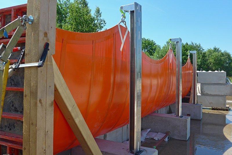 Das Hochwasserschutzsystem mit temporär aufbaubarer Stauwand wurde umfangreichen Tests unterzogen.